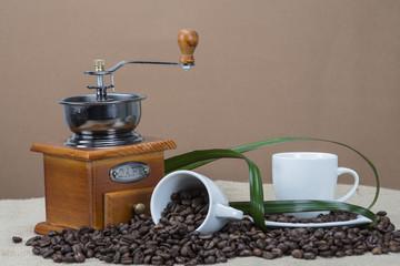 Granos de café natural para moler y molinillo clásico.