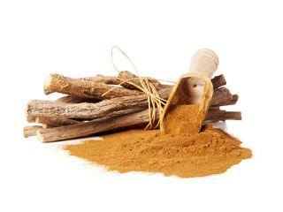 Lakritzpulver und Süßholz Wurzeln isoliert