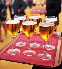 Servicio de catering, bandeja con cervezas