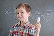 Kind rechnet eine Mathematikaufgabe in der Schule