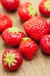 Kleine Erdbeeren auf Holz