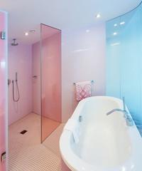Badezimmer Badewanne und Duschkabine