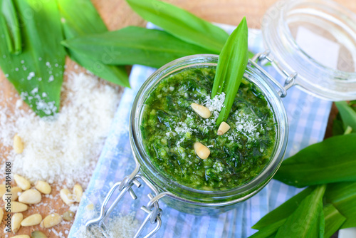 Pesto Bärlauch und Pinienkernen und Parmesan - 51494808