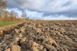 paysage agricole sous nuages sombres