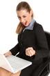 Jubelde Frau am Laptop