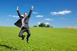 glücklicher geschäftsmann springt hoch