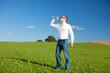 mann trinkt mineralwasser
