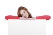 Glückliche Frau lehnt auf leerem Plakat - woman with white board