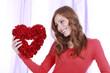 Glückliche junge Frau mit Herz - happy woman with heart