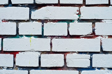Weißes Mauerwerk mit bunten Fugen