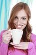 Junge Frau mit Kaffeebecher - Woman with coffee mug