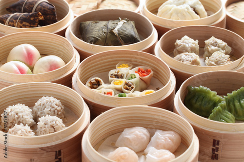 Fotobehang Assortiment yumcha, dim sum in bamboo steamer, chinese cuisine