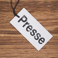 Recyclingpapier-Schild auf Holz PRESSE