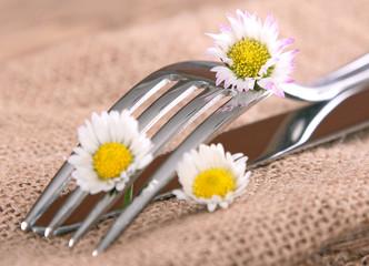 Besteck mit Gänseblümchen