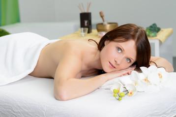junge frau im massagesalon