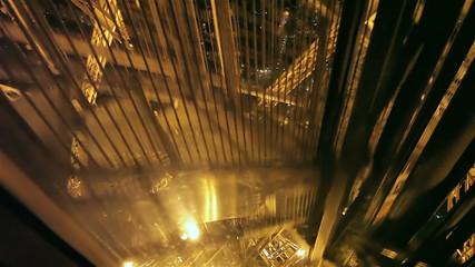 Спуск с Эйфелевой башни ночью на лифте