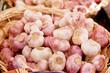 Weißer und rosa Knoblauch Garlic in einem Korb