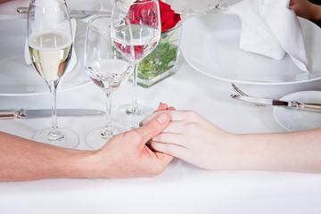 glückliches junges paar im restaurant feier