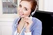 Junge blonde Frau arbeitet in einem callcenter mit headset