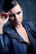 attraktive schöne selbstbewusste frau mit lederjacke portrait