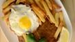 Milanesa con fritas y huevo
