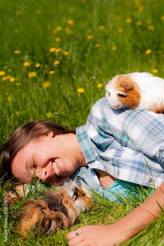 jeune fille souriante avec ses cobayes