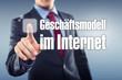 Mann tippt auf Interface Geschäftsmodell im Internet