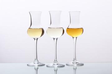 cocktail tre bicchieri con bevanda alcolica grappa