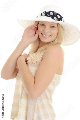Junge hübsche Frau posiert mit Sommerhut
