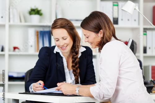 zwei kolleginnen im gespräch