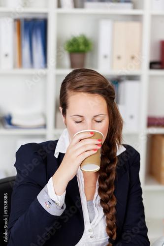 frau trinkt kaffee im büro