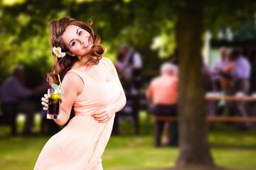 attraktive brünette junge Frau vor Familienfest