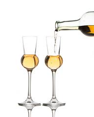 Zwei Gläser Schnaps werden gefüllt