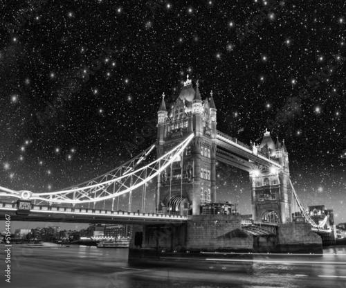 piekne-nocne-swiatla-i-kolory-na-tower-bridge