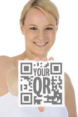Junge Frau mit Schild für QR-Code