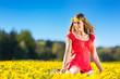 Mädchen im Frühling auf einer Blumenwiese