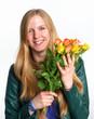 Blondine mit Rosenstrauß