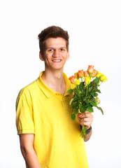 Junge hält Rosenstrauß