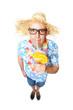 Mann mit Nerdbrille trinkt Cocktail
