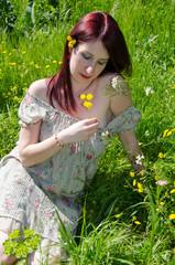 Donna nel campo tra i fiori - primavera