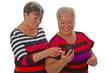 Zwei Seniorinnen mit Handy