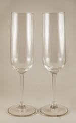 Бокалы для шампанского на кремовом фоне