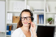 lächelnde mitarbeiterin telefoniert mit headset