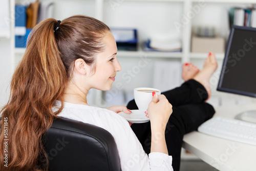 Leinwandbild Motiv frau nimmt kurze auszeit im büro