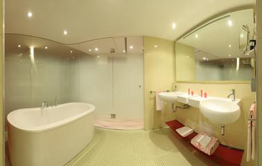 Hochwertiges Badezimmer mit Wanne und Doppel-Waschtisch