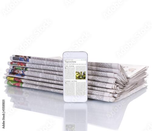 Stapel Zeitungen mit E-Paper Smartphone - 51581831