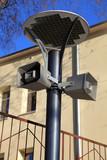 Lampa uliczna na zewnątrz, z głośnikami, megafonami. - 51584062