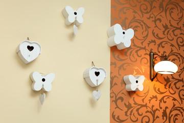 ściana piękna z ozdobami, serca i motyle.