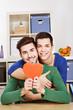 Junges schwules Paar mit einem roten Herz