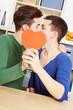 Zwei schwule Männer küssen sich